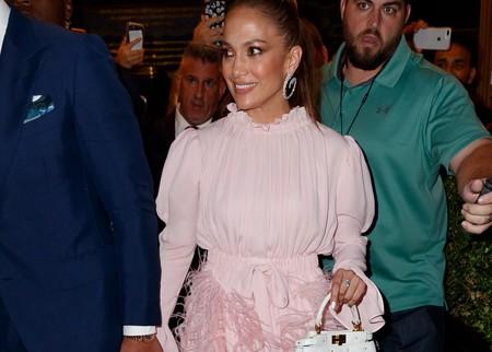 Jennifer Lopez escoge un vestido de Valentino para convertirse en una Barbie de carne y hueso