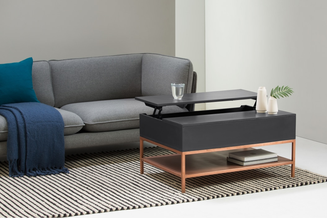 Mesa de centro con tablero elevable y almacenaje con diseño de latón