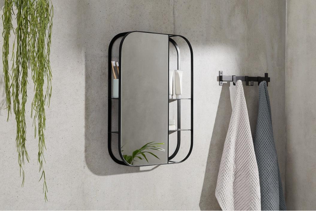 Espejo industrial con estantes a la vista