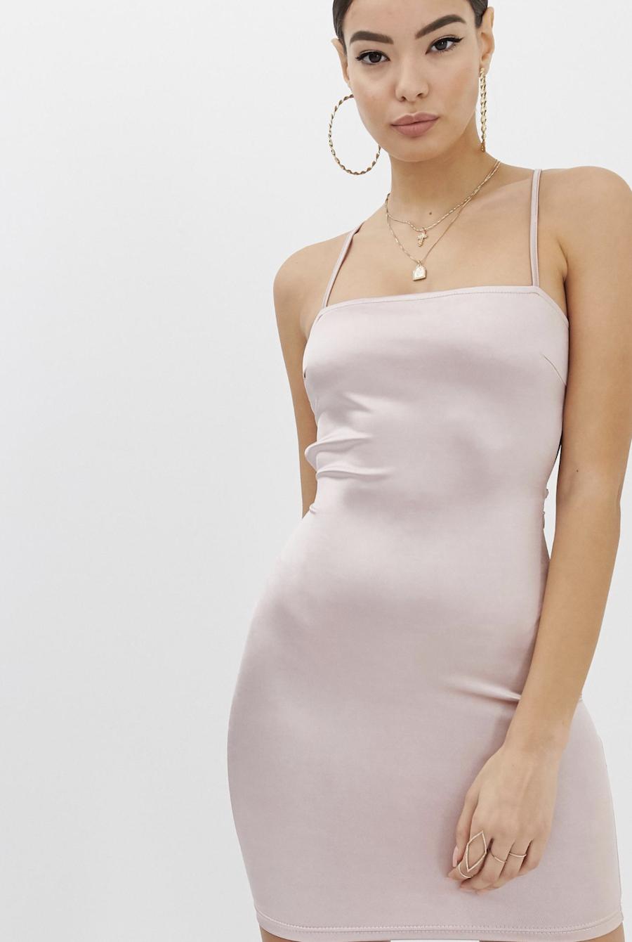 Vestido ajustado de tirantes en rosa palo con detalle de espalda entrelazada con lazo de Boohoo