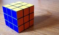 Jugando a 'Guitar Hero' mientras resuelve dos cubos de Rubik