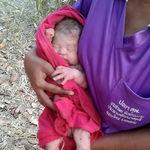 La historia del bebé milagro que sobrevivió tras ser apuñalado y enterrado (y ya ha sido adoptado)