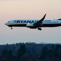 Huelgas, cierres y caída de beneficios: Ryanair ha pasado de estrella del turismo joven a la crisis