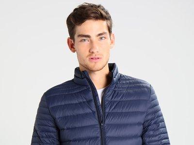 Quien busque una chaqueta de plumas barata tiene esta en azul de la marca Kiomi por 23,95 euros en Zalando