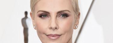 Charlize Theron se decanta por un pixie clásico y un accesorio sorpresa por detrás en los Premios Oscar 2020