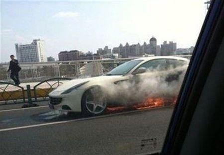 Dolorpasión - Ferrari FF en llamas
