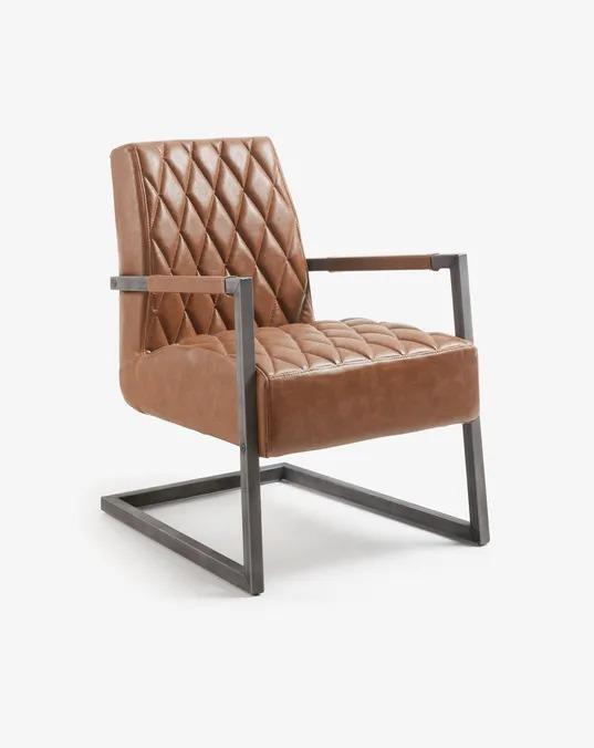 Sillón con asiento acolchado y tapizado en piel sintética de color marrón con un acabado envejecido