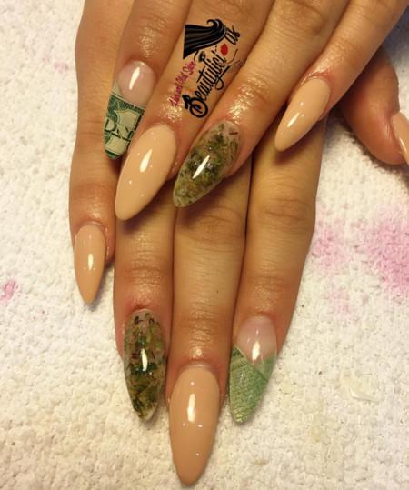 Coincidiendo con el mes de abril llegan las Weed Nails
