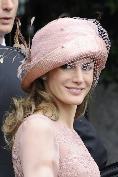 Tocados y sombreros para las invitadas a la boda del año ade13398251