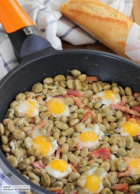 Habitas con bacon y huevos de codorniz, receta de aperitivo