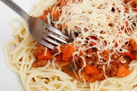 Pasta larga con sofrito de carne molida y parmesano. Receta sencilla para un viernes por la noche