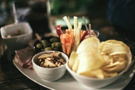 Así es como el picoteo puede estar arruinando tu dieta y trucos para evitarlo