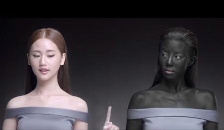 Una publicidad tailandesa causa un auténtico escándalo al anunciar que el blanco te hará ganador