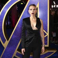 """Scarlett Johansson luce así de sexy con un escote de vértigo en el estreno de """"Los Vengadores Endgame"""" en Londres"""
