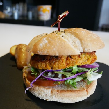 Probamos la hamburguesa de paella, el delirante invento de un restaurante valenciano para Fallas