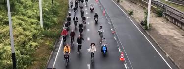 ¿Qué pasa cuando los coches desaparecen de Ámsterdam? Que miles de ciclistas ocupan las carreteras