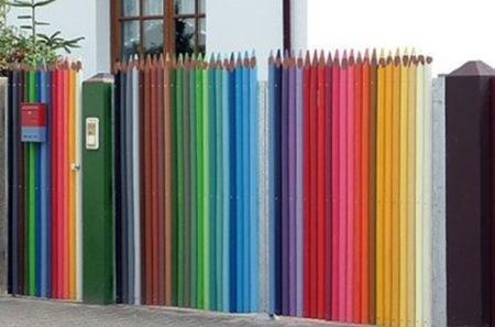 ¿Buena o mala idea?: una valla hecha con lápices gigantes de colores