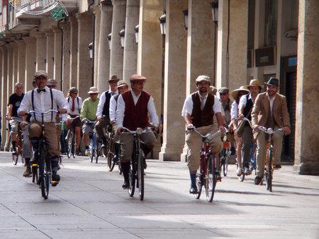 'Tweed cycling' en Palencia y Santander: reivindicando la movilidad futura con trajes del pasado