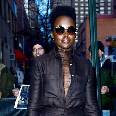 Lupita Nyong'o tiene el top perfecto para complementar cualquier look de primavera con temperaturas suaves