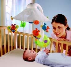 Móvil que emite imágenes dentro del campo visual del bebé