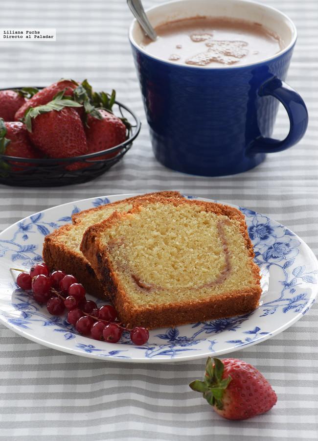 cake de almendra y mermelada de fresa