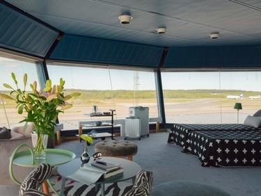 El alojamiento más cool de este verano está en una torre de control, rodeada del mejor diseño escandinavo