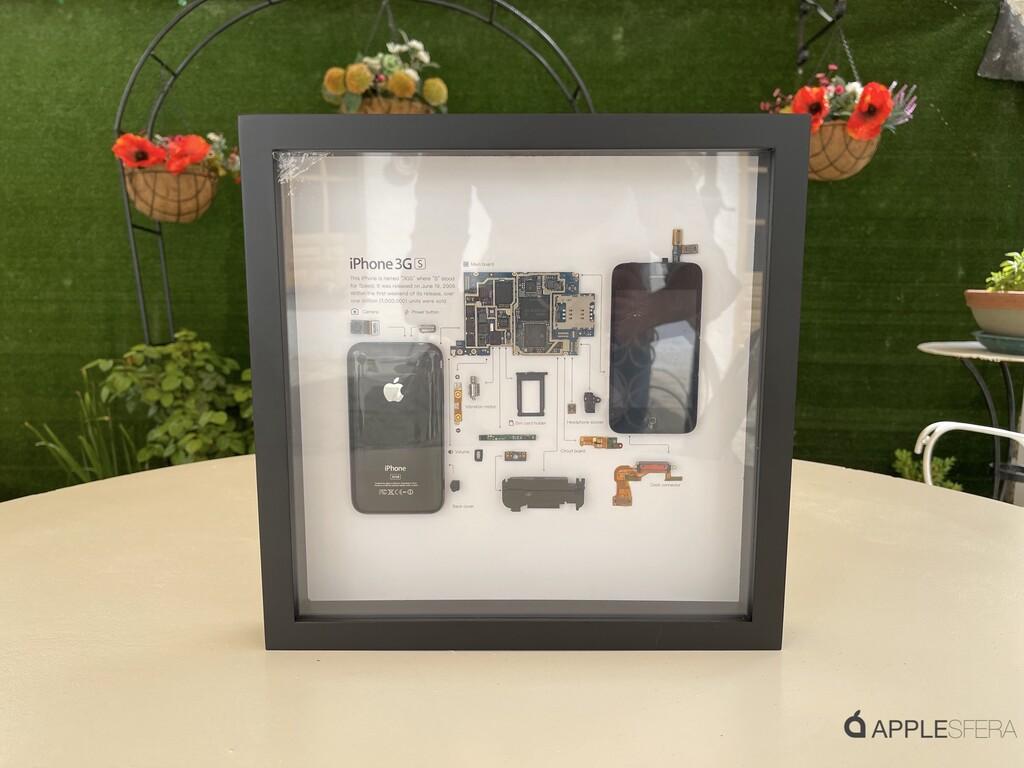 Este marco de Grid Studio inmortaliza un iPhone 3GS en todo su esplendor para colgar en usted despacho u salón