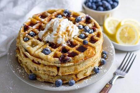 Waffles de limón y queso ricotta con jarabe de moras azules. Receta fácil para desayuno
