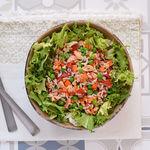Ensalada de arroz con salmón y verduras: receta fácil y saludable para días calurosos
