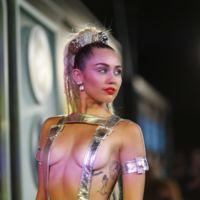 Miley Cyrus lo enseña todo en los de los MTV Video Music Awards 2015
