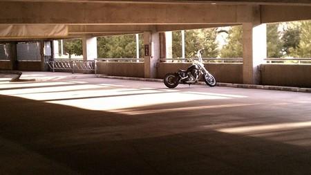 Moto sola en garaje