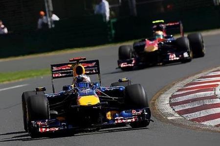 Sebastian Vettel y Jaime Alguersuari durante los entrenamientos libres del viernes del GP de Australia 2010