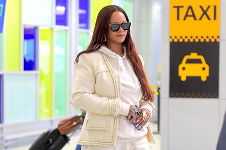 Rihanna y su look de aeropuerto más confortable del que nos hemos enamorado de su chaqueta