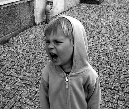 Un niño enfadado puede gritar y patalear.