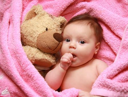 Lo absurdo de aconsejar que tu bebé duerma solo con un peluche, tu voz en una grabadora y algo que huele a mamá