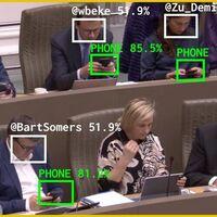 Crean una IA que regaña a los políticos que se distraen con el móvil