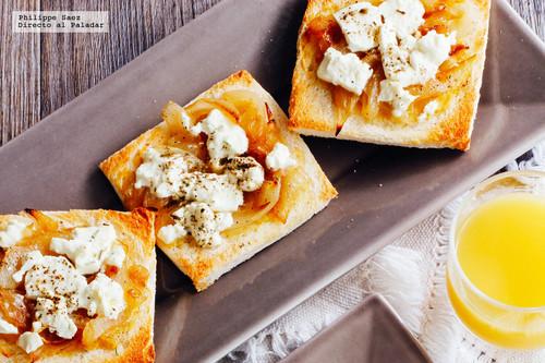 Canapés de cebolla caramelizada y queso de oveja. Receta de botana saludable