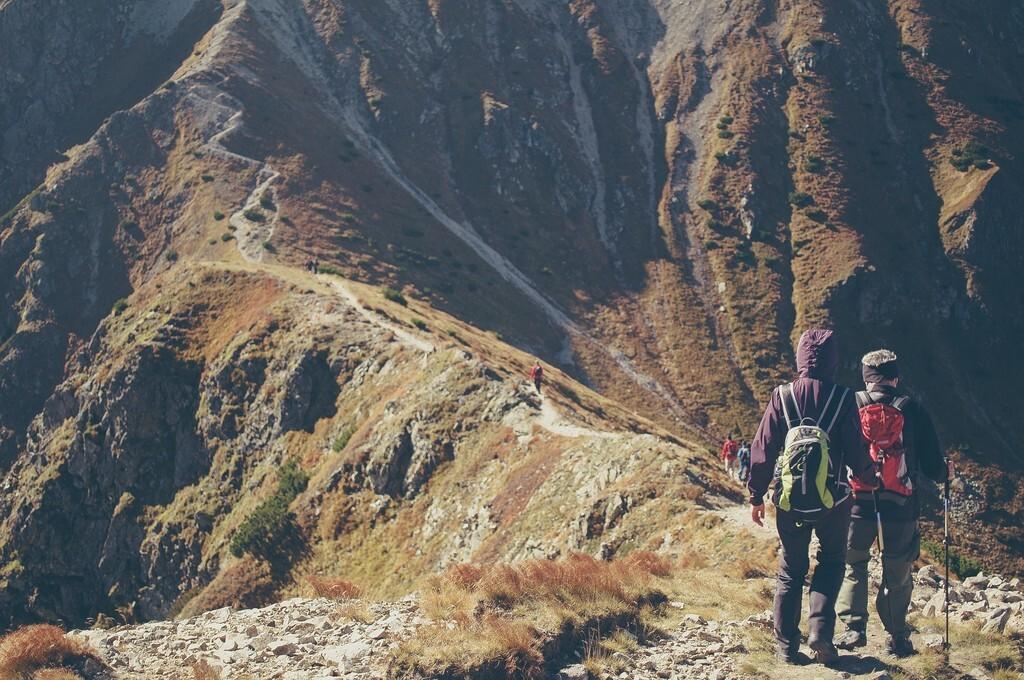 21 prendas de ropa y accesorios para hacer trekking este verano que puedes encontrar en Decathlon
