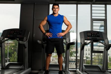 ¿Tienes una cinta de correr en casa? Úsala para fortalecer todo tu cuerpo