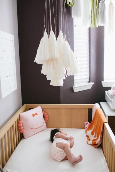 Precioso móvil hecho con borlas de papel para decorar la habitación infantil