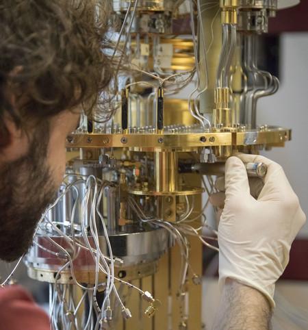 interior del ordenador cuántico de Intel en Delft