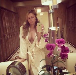 Paris Hilton empieza el año ¡con la bata abierta!