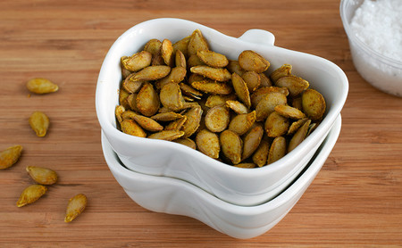Semillas o pipas de calabaza tostadas. Receta de snack saludable
