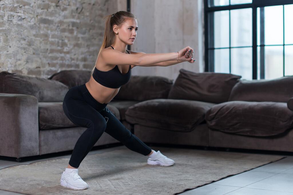 Un circuito de entrenamiento HIIT para piernas y glúteos que puedes hacer en tu propia casa y sin ningún material
