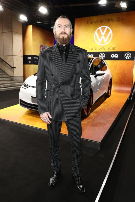 Justin O Shea Le Da Una Nueva Dimension Al Look En Negro Durante Los Premios Gq De Alemania 2