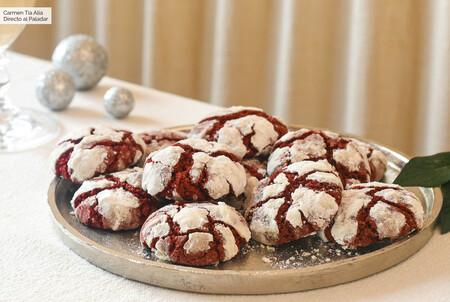 """Receta de galletas craqueladas """"red velvet"""", la versión más fácil y rápida de la popular tarta norteamericana para las sobremesas navideñas"""
