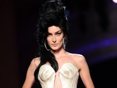 El papuchi de Amy Winehouse de uñas con Jean-Paul Gaultier