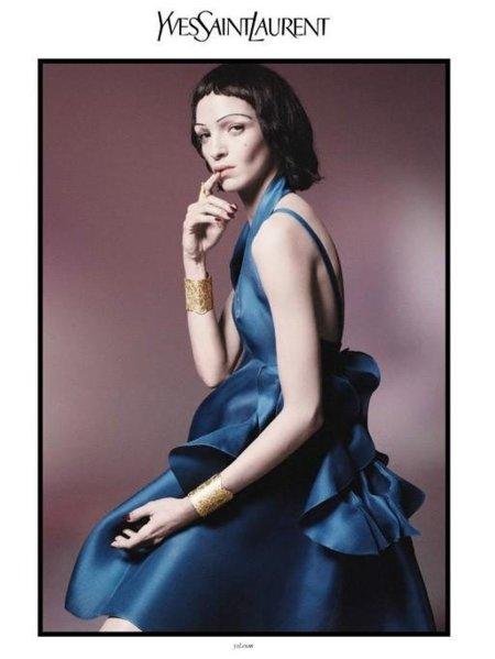 La imagen de verano de Yves Saint Laurent es fría y elegante, como Mariacarla Boscono