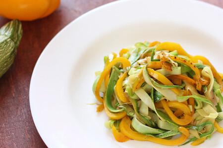 Noodles de calabacita con salsa de ajonjolí y cacahuate. Receta vegetariana fácil