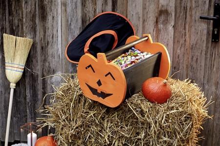 """Hazlo tu mismo: una cesta de Halloween para los dulces del """"truco o trato"""", paso a paso"""
